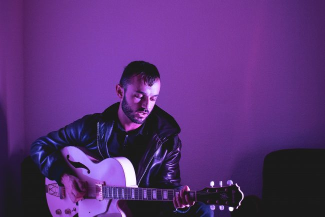 Bélier Bleu - French solo guitarist to perform live at your wedding party or corporate event.